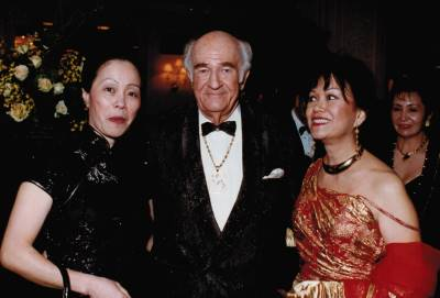 <span class='aslide1'>Dr. Kenneth Mills with Sy Wai Lai and Conchita Tan-Willman</span>